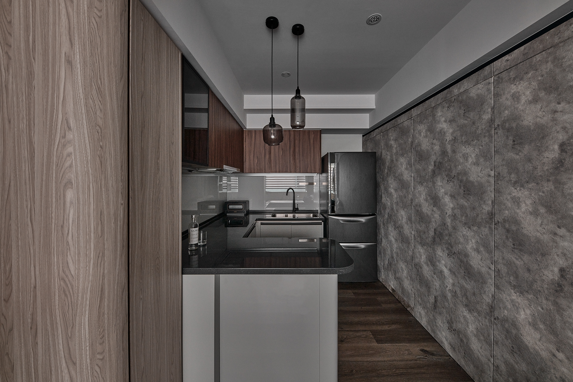 廚房使用木紋工業風配色